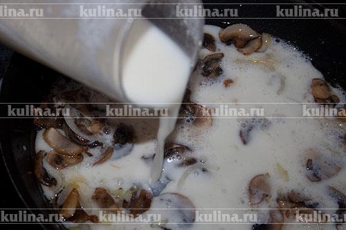 Влить сливки в сковороду с грибами, посолить по вкусу.
