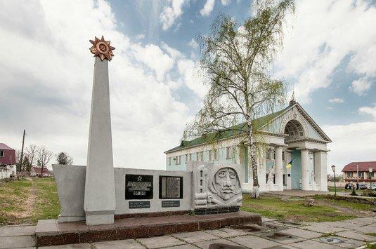 Сровнять память с землей: Памятник героям Великой Отечественной уничтожен под Киевом по приказу властей