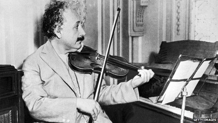 Альберт Эйнштейн играет на скрипке.
