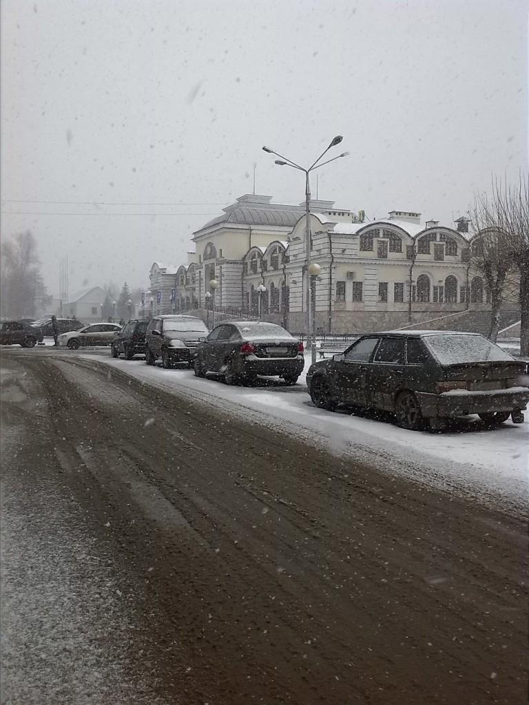 На вокзале первый снег.