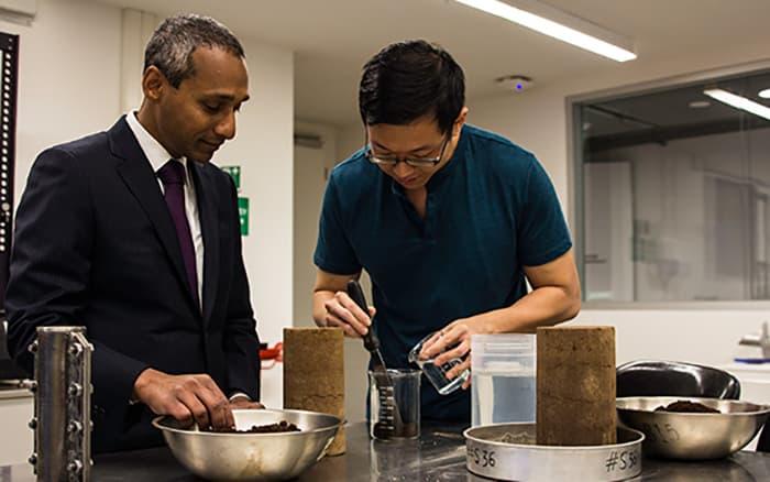 Ученые используют кофейную гущу для строительства дорог