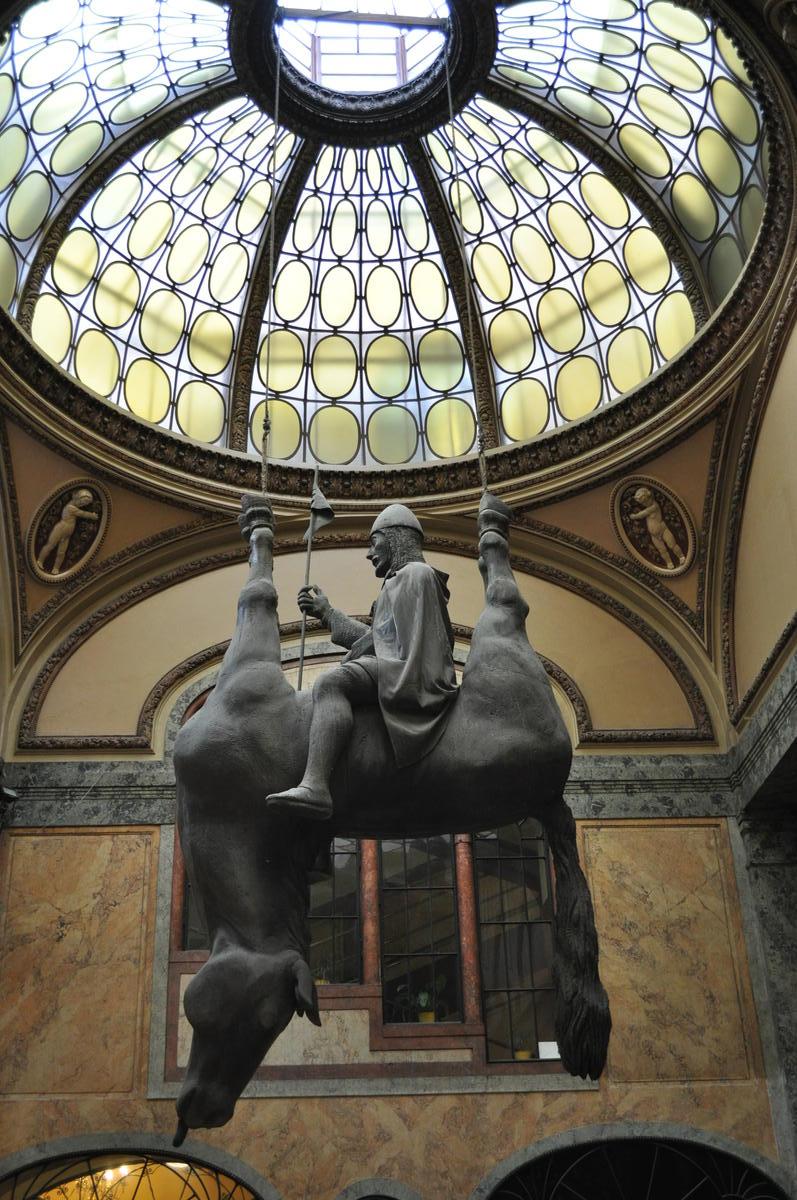 Необычные памятники Праги. Скульптура «Перевернутый Конь»