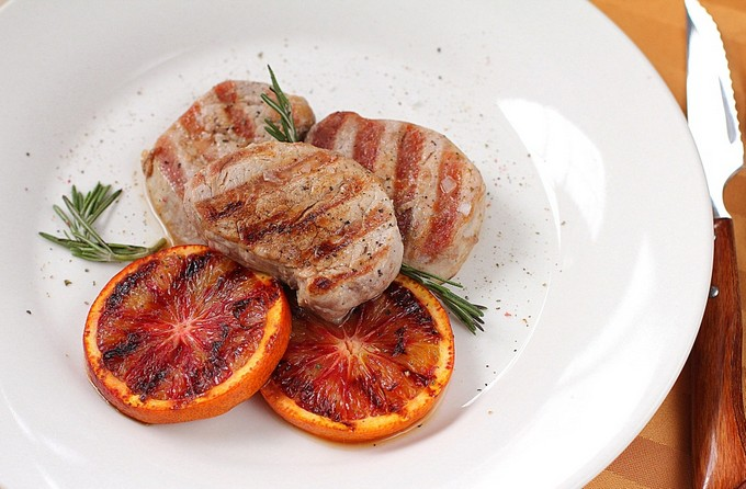 Медальоны из свинины с красным луком и апельсином