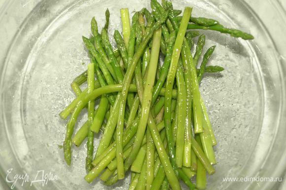 Спаржу солим, перчим, добавляем 0,5 ст. ложки растительного масла. Перемешиваем.