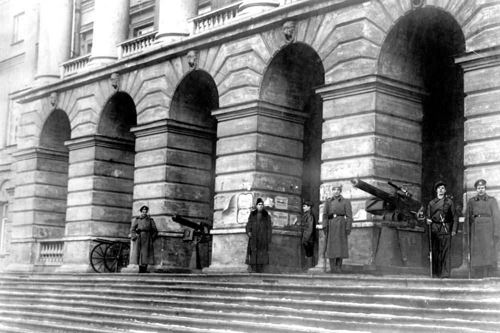 Как и почему Советское правительство 100 лет назад переехало из Петрограда в Москву