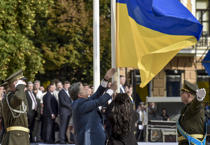 Российский МИД одобрил идею Порошенко с украинским флагом в центре Севастополя