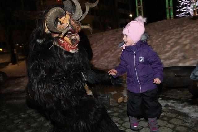 Однако, ряженых малыши совсем не боятся австрия, крампус, мир, парад, праздник, фото, шествие