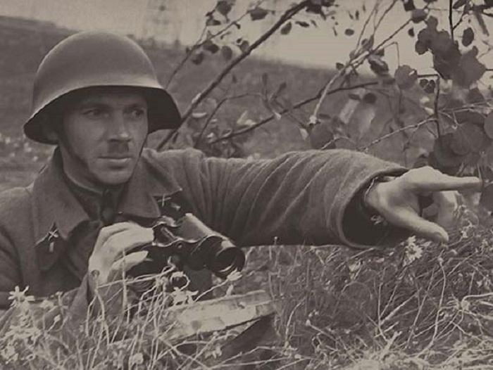 Командир артиллерийского подразделения наблюдает за врагом.