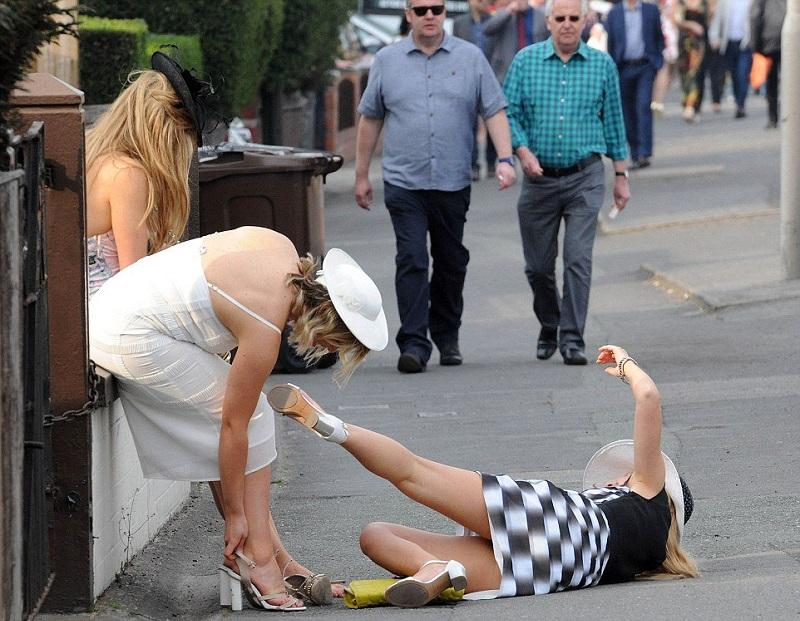 Как в Англии прошел День леди. Пикантные фото пьяных в стельку британок