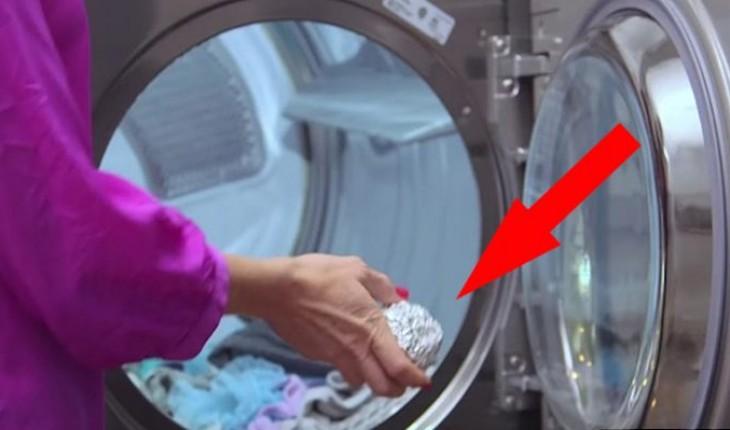 Она бросила в стиральную машину шарик из фольги. Результат просто поразительный!