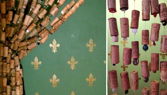 Варианты оформление двери шторами из винных пробок.