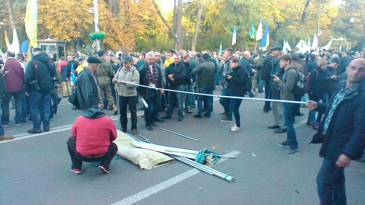 Майданщики начали установку палаток прямо на проезжей части