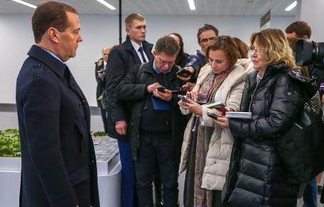Медведев: контрсанкции коснутся сотен украинских граждан и компаний