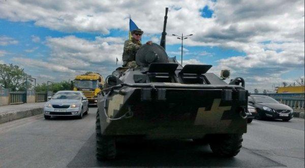 Украинца возмутило поведение военных ВСУ на дороге: «Украли танк в АТО, и домой»