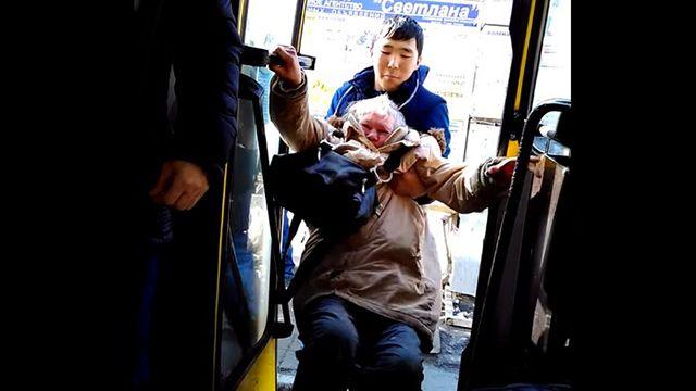 Кондуктор выволок пенсионерку-безбилетницу из автобуса в Екатеринбурге
