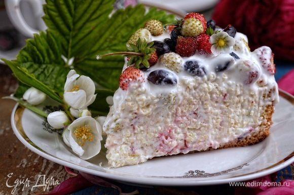 Торт получается невероятно вкусным, свежим и нежным.