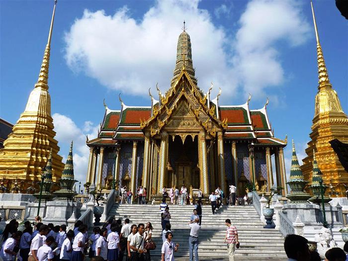 Кипучий город, где сочетается величие буддистских храмов и бурлящая ночная жизнь.