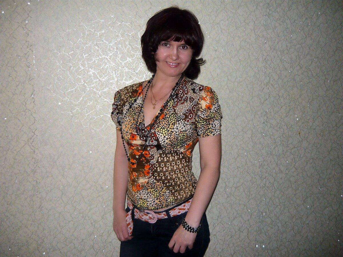 Женщина в облегающем джемпере с короткими рукавами. /Фото: i03.fotocdn.net