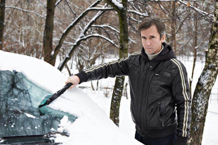 Чищу машину от снега, а тут подбегает какая-то тётка и давай возмущаться…