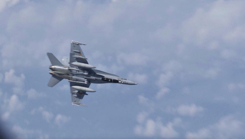 Чей истребитель F-18 приблизился к самолету Шойгу