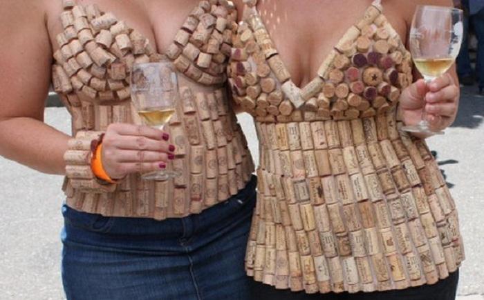 Невероятные топы из винных пробок для модниц.