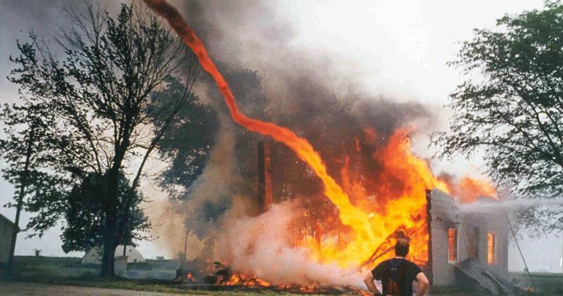 Ад на земле: на США обрушился жуткий огненный торнадо, перевоплотившийся в водяной смерч
