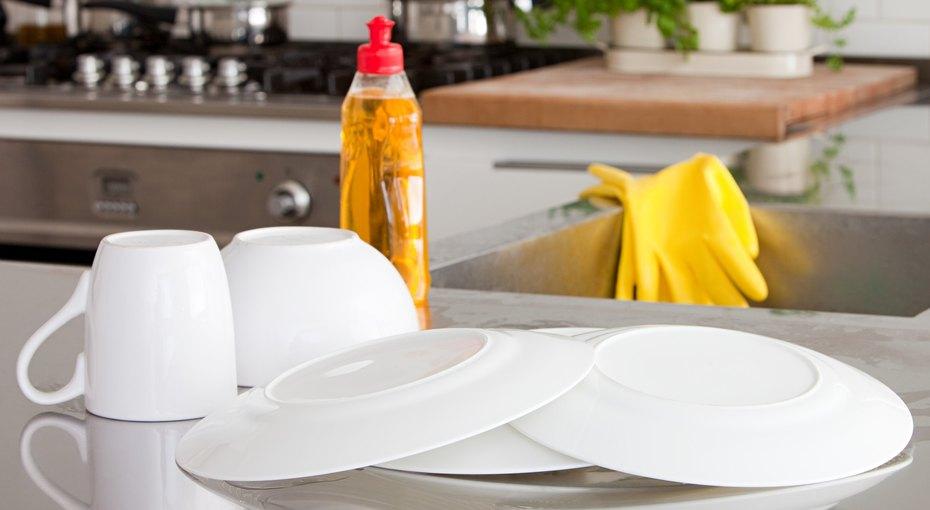 10 полезных свойств жидкости для мытья посуды, о которых вы даже не догадывались