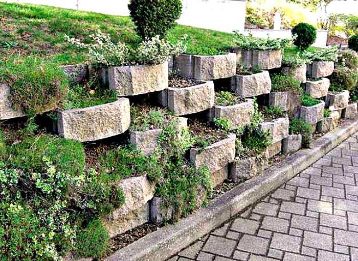 Высоту декоративного каменного заборчика выбирают, исходя из высоты цветов, выращиваемых на клумбе.