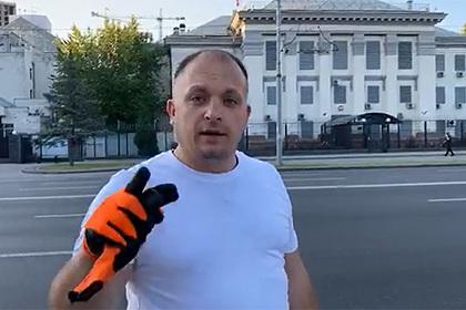 Мэр украинского города сжег российский флаг перед посольством