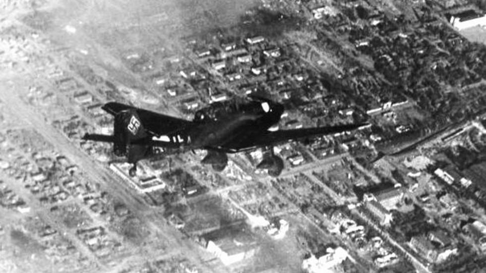 Немецкий самолет над Сталинградом. 1942 год. Фото: © Военное обозрение