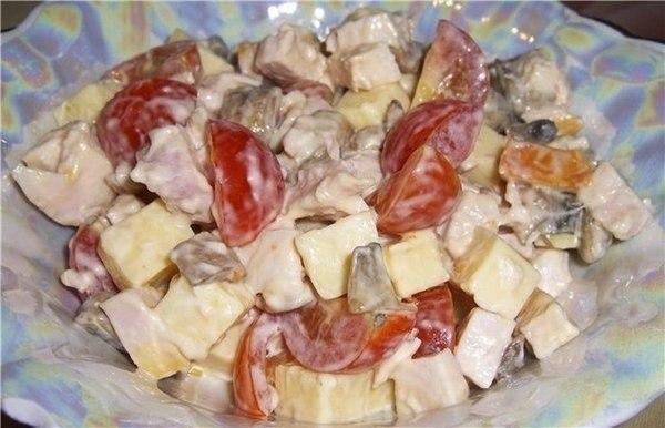Салат с копченым окорочком и сыром