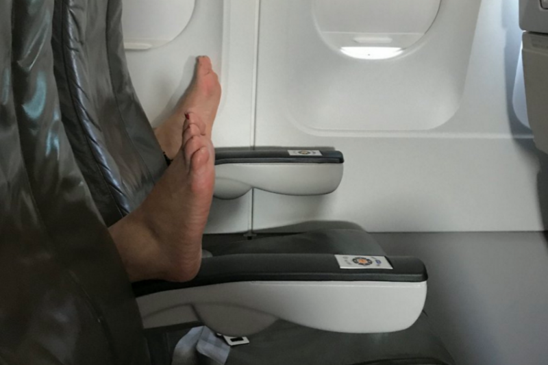 Чего не следует делать в воздухе: отвратительные вещи, которые раздражают всех пассажиров самолетов