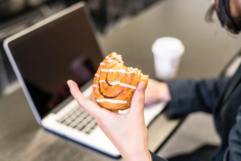 Почему после обеда или ужина так хочется съесть сладкого: 5 причин. Изображение номер 6