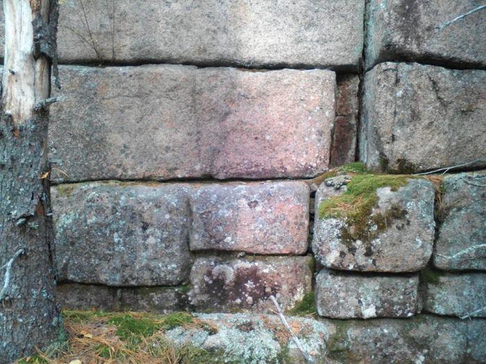 Если стену строили представители высокоразвитой цивилизации, то почему кирпичи или блоки имеют разный размер и уложены так странно?