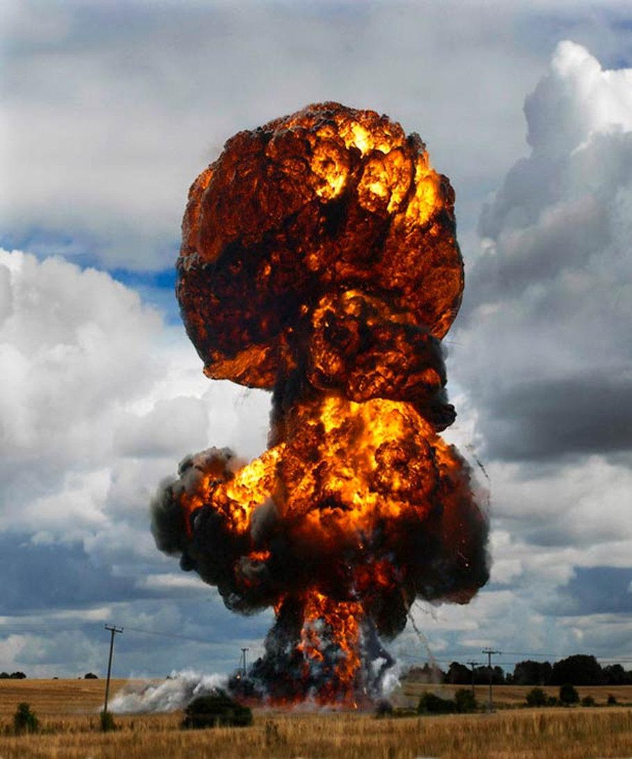 В кадре   взрывы