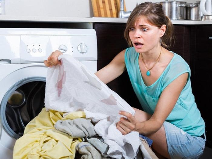 Как отстирать полинявшую вещь и белую одежду...