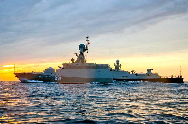 Новейший российский корабль c «Калибрами» провели через Босфор на буксире