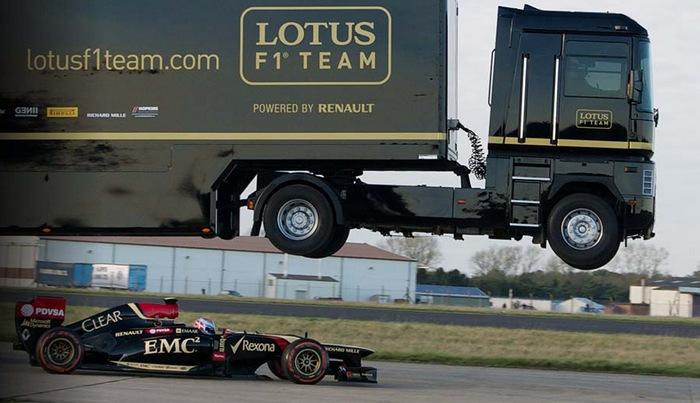 Невероятное видео: грузовик перепрыгнул через болид Формулы-1