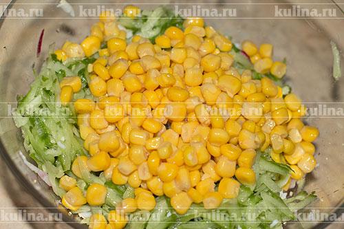 С кукурузы слить жидкость и положить в салатник.