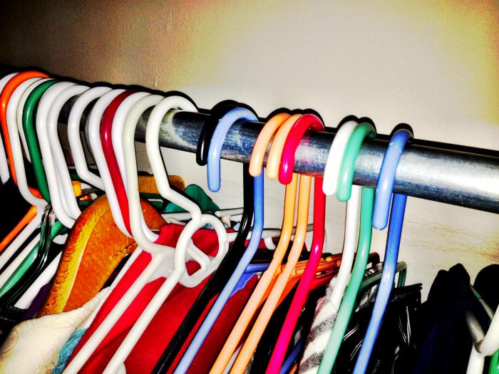Развесьте все вешалки в платяном шкафу в оду сторону, когда надеваете какую-то вещь, поворачивайте вешалку в другую сторону. Так, со временем, вы поймете, какую одежду вы не носите.