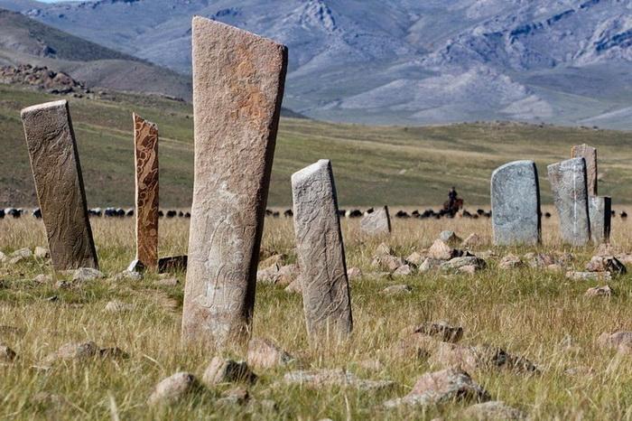 Каменные стелы в монгольских степях