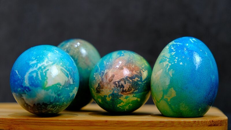 Пасхальные яйца как планета «Земля» - как покрасить яйца на Пасху красиво и необычно как покрасить яйца на пасху, мраморные пасхальные яйца, пасха, пасха 2019, пасхальные яйца, своими руками, яйца на пасху
