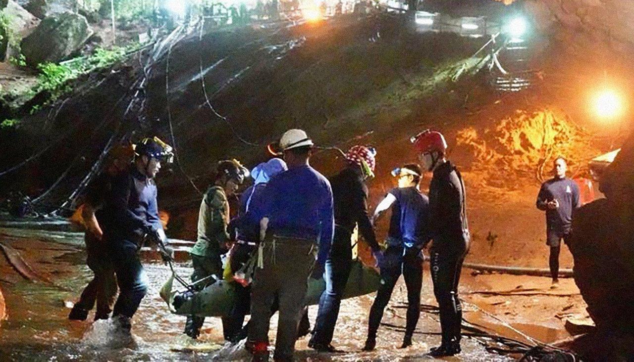 «Я до сих пор не верю, что это сработало» Как 10 тысяч человек спасали из таиландской пещеры 12 детей и их тренера
