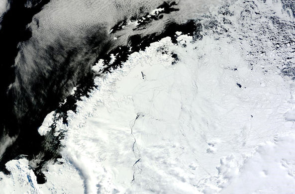 Во льдах Антарктиды открылся гигантский провал