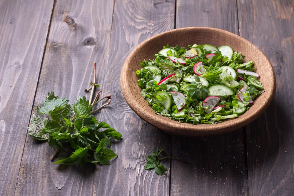 Витаминный салат с крапивой