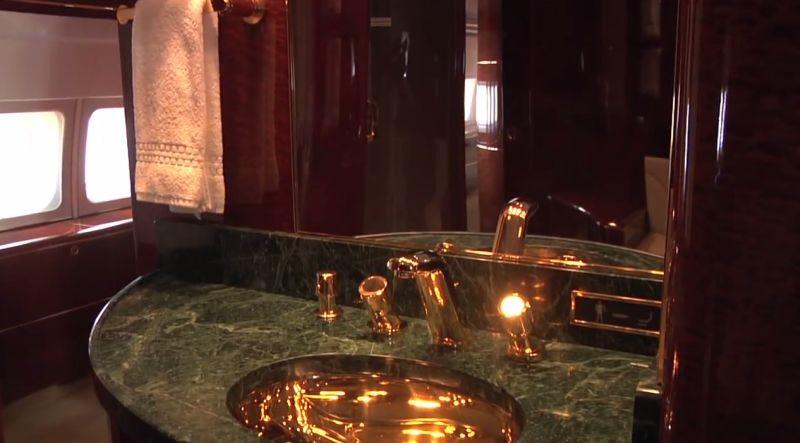 24-каратное золото даже в уборной.