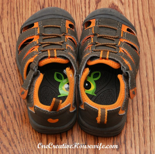 3. Наклейка в каждом ботинке поможет вашему ребенку определить, на какую ногу какой надевать дети, подсказки, родители, хитрости