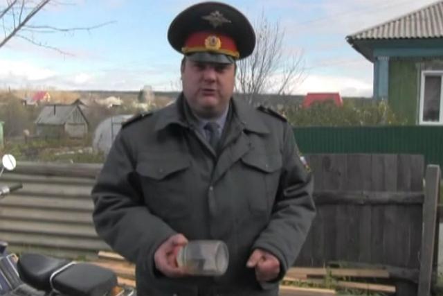 Лучший участковый Новосибирской области «арестовал» домового и посадил в банку