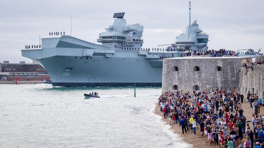 Ломая шаблоны: новый британский авианосец впервые отправился за океан