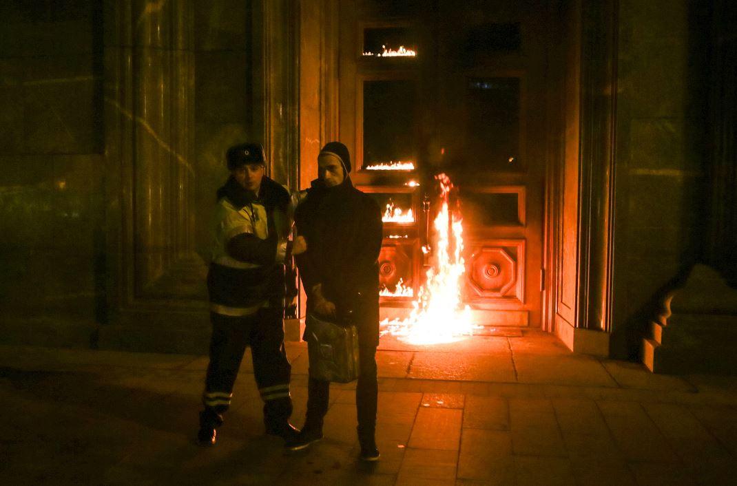 ФСБ показалось мало: Пётр Павленский поджёг здание центрального банка Франции